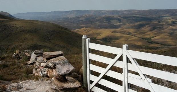 vista-proxima-da-garagem-de-pedra-na-serra-da-canastra-em-minas-gerais-1382474068147_956x500